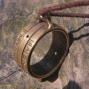 9536a469264b Reloj de anillo mostrando el  spot  luminoso en su interior. La escala  anual puede ajustarse según los meses