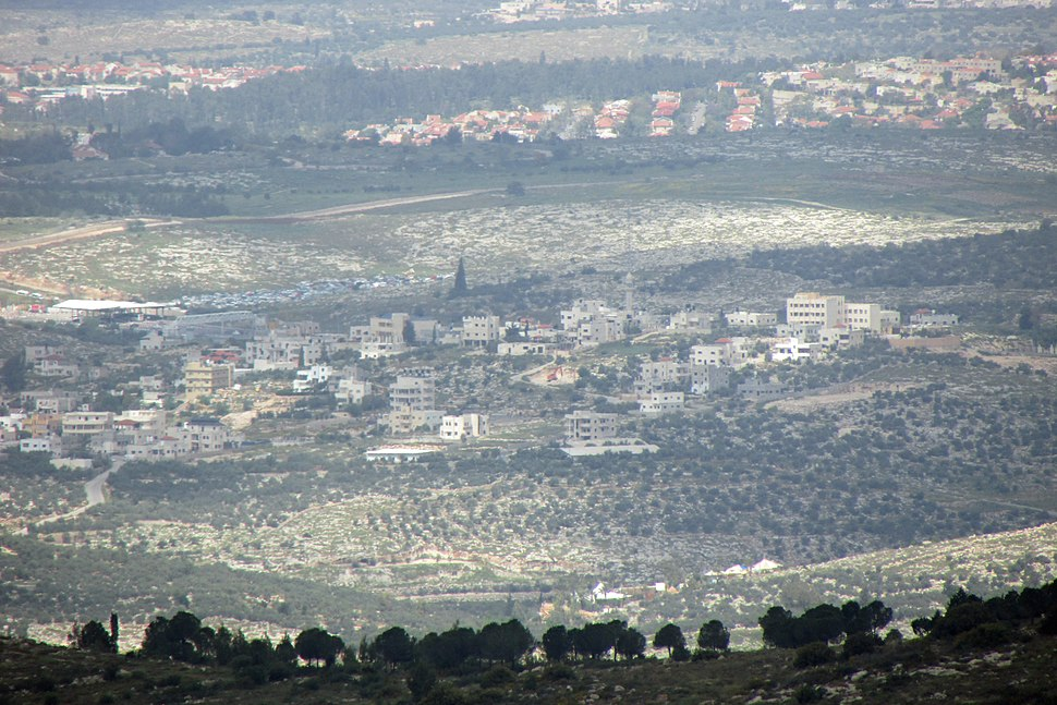 הכפר במרכז התמונה. מימין נראים בתי כפר האורנים ובקצה השמאלי היישוב חשמונאים