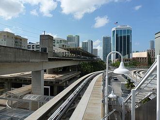 Brickell station - Brickell Metrorail platform seen from the adjoining Metromover platform