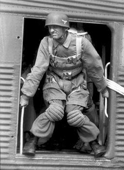 Bundesarchiv Bild 101I-562-1172-23A, Italien, Fallschirmjäger bei Ausbildung Bundesarchiv, Bild 101I-562-1172-23A / Wahner / CC-BY-SA 3.0, CC BY-SA 3.0 DE <https://creativecommons.org/licenses/by-sa/3.0/de/deed.en>, via Wikimedia Commons