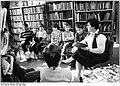 Bundesarchiv Bild 183-1986-0322-005, Passow, Vorlesen in der Dorfbibliothek.jpg