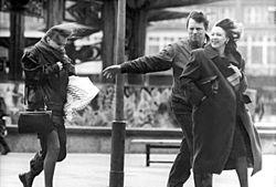 Bundesarchiv Bild 183-1990-0206-324, Berlin, Passanten im Wind.jpg