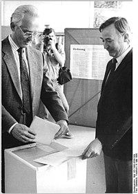 Bundesarchiv Bild 183-1990-0506-009, Leipzig, Kommunalwahl, Hinrich Lehmann-Grube.jpg