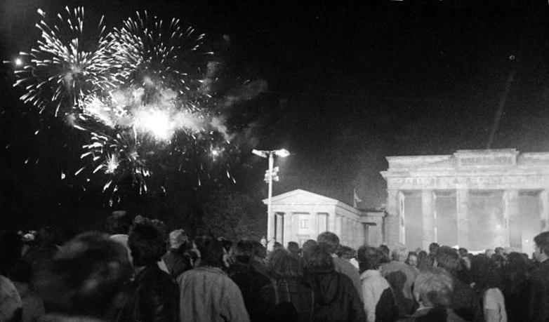 Bundesarchiv Bild 183-1990-1003-008, Berlin, Brandenburger Tor, Vereinigungsfeier, Feuerwerk