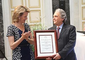 Artois-Baillet Latour Foundation - The 2013 prize is given by The Queen of the Belgians to Carlo M. Croce