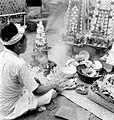 COLLECTIE TROPENMUSEUM Een pemangku (volkspriester) in gebed bij het aanbieden van offers (bloemen vlees vruchten gemoduleerd vet wierookstaafjes) tijdens een groot tempelfeest in de tempel van Kêhên bij Bangli Bali TMnr 10001207.jpg