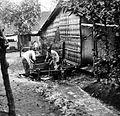 COLLECTIE TROPENMUSEUM Karang Anjer vrouwen bij de waterput TMnr 10010414.jpg