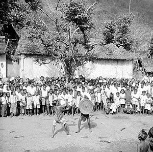 Balinese theatre - Image: COLLECTIE TROPENMUSEUM Tijdens de prikkelkrijg (Prang duri) tonen jonge mannen hun mannelijke karakter tegenover de gemeenschap te Tenganan Oost Bali T Mnr 10002944