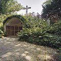 Calvarieberg, altaarnis en op de achtergrond- kruis met aan weerzijde beelden - Roermond - 20349869 - RCE.jpg
