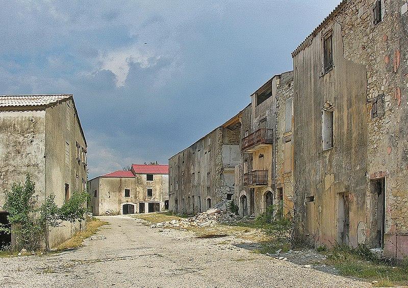 Top 10 des villages abandonn s de france pour tre tranquille topito - Salon de provence nombre d habitants ...