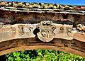 Clé de linteau avec écusson de vigneron et linteau daté.jpg