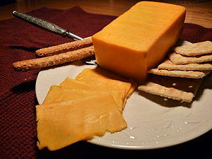 English: Colby cheese, with crackers.