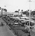 Collectie NMvWereldculturen, TM-20000914, Negatief, 'Taman Falatehan met op de achtergrond het voormalig Paleis van Justitie en rechts het busstation', fotograaf Boy Lawson, 1971.jpg