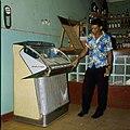 Collectie Nationaal Museum van Wereldculturen TM-20029633 Man bij een jukebox Aruba Boy Lawson (Fotograaf).jpg