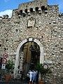 DSC00915 - Taormina - Porta Catania e stemma aragonese del 1440 - Foto di G. DallOrto.jpg