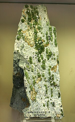 Demantoid - Mineralogisches Museum Bonn (7301).jpg