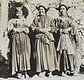 Detail, Women of Ladakh in Leh on 23 May 1929, from- Albumblad met 3 fotos. Linksboven het expeditiegezelschap voor het huis van Kh, Bestanddeelnr 32 062 (cropped) (cropped).jpg