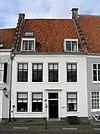 foto van Huis met gepleisterde lijstgevel met getrapgevelde scheidsmuren