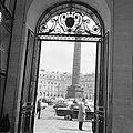 Doorkijkje naar de Colonne Vendôme, de triomfzuil op het Place Vendôme, Bestanddeelnr 254-0323.jpg