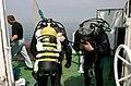 Duikers maken zich klaar voor de duik naar een scheepswrak in de Noordzee. - 374743 - onroerenderfgoed.jpg