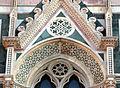 Duomo di firenze, medaglioni intarsiati in marmi nei timpani delle finestre sui fianchi 14.JPG