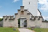 Ebenthal Radsberg Pfarrkirche hl. Lambert Friedhofseingang stufenförmiger Überbau 12062019 6771.jpg