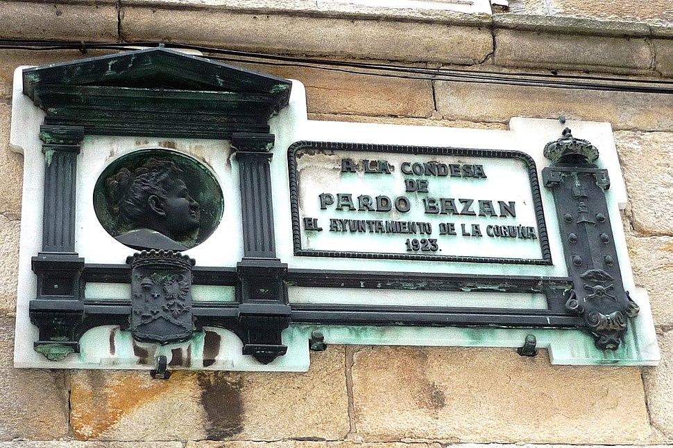 Placa de homenaxe a Emilia Pardo Bazán.