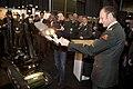 Een-robot-van-de-explosieven-opruimingsdienst-brengt-een-pen-naar-de-commandant-landstrijdkrachten.jpg
