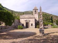 L'eremo con l'obelisco di pietre davanti