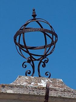Esfera armilar colocada no topo do Pelourinho existente em Constância não possui vestigio algum da esfera terrestre.