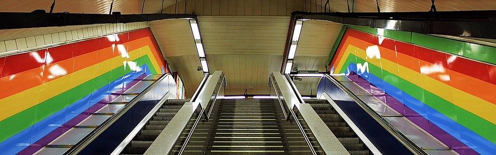 Estaci%C3%B3n de metro de Chueca decorada con la bandera LGTB
