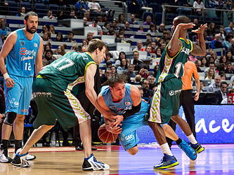 Estudiantes vs Unicaja Málaga - Carl English, Earl Calloway, Fran Vázquez - 01.jpg