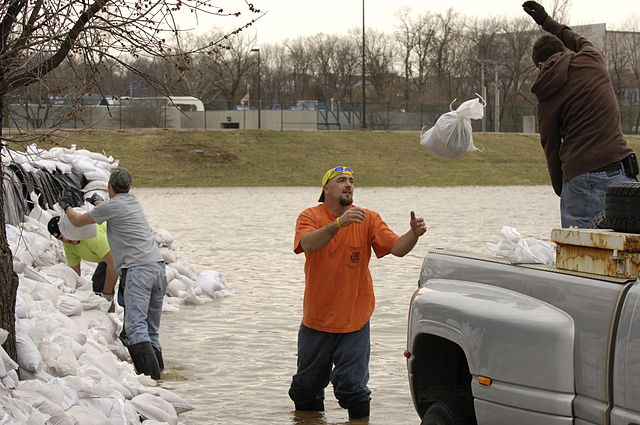 640px-FEMA_-_34484_-_Residents_in_Missouri_sandbag_a_bank_of_the_Meremac_River.jpg