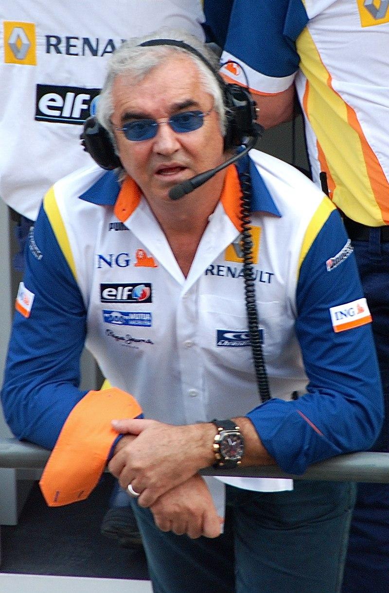 Flavio Briatore moet samen met Pat Symonds al vrij snel het Renault F1 Team verlaten nadat crashgate aan het licht komt.