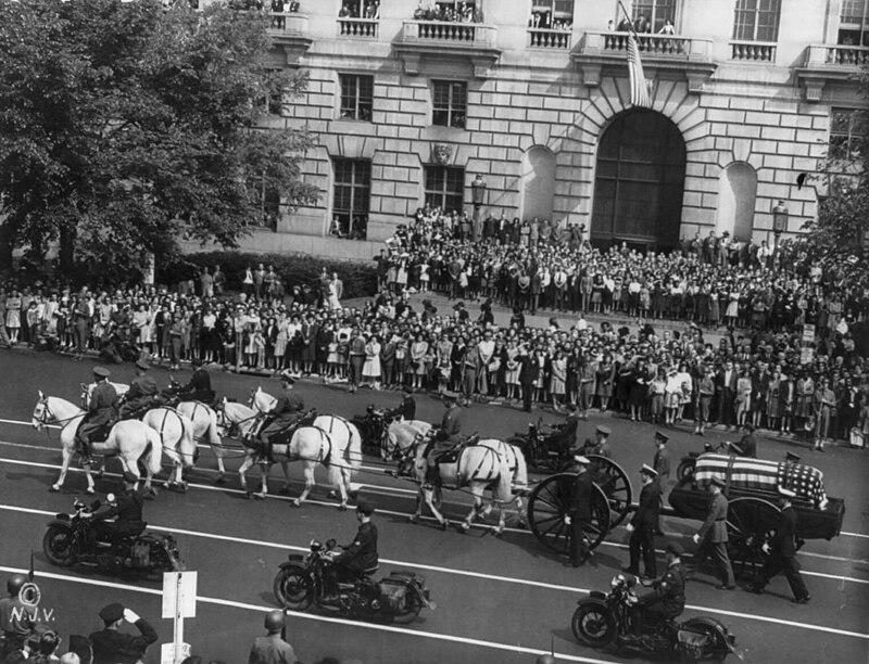 Franklin Roosevelt funeral procession 1945.jpg