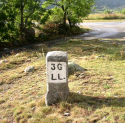 Border stone between اسپانیا and فرانسه, for the municipalities of Llívia (استان خرنا) and Angoustrine-Villeneuve-des-Escaldes (پیرنه اوریانتل).