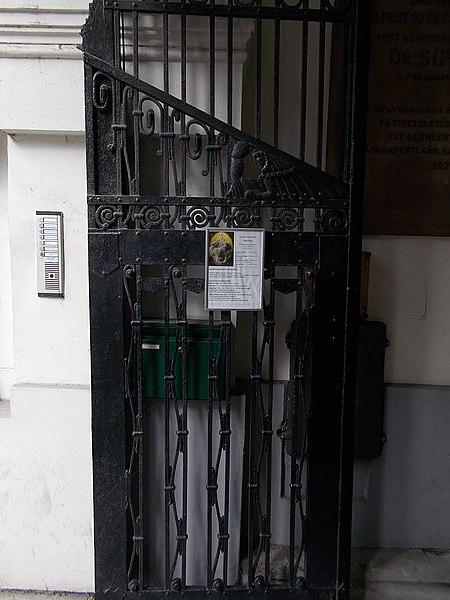 File:Görög katolikus templom, kapuszárny, Rózsák tere, 2016 Erzsébetváros.jpg