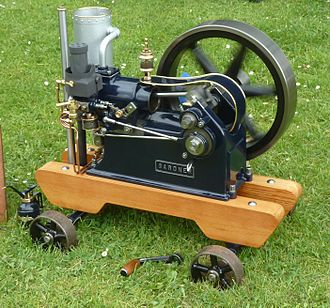 Crankcase - Gardner 0 open-crank stationary engine. The connecting rod is enclosed with a simple plate above, as a safety guard rather than an enclosed crankcase.