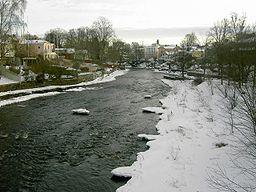 Gavleån ned ad floden Drottningbron i Gävle.   Gammelbroen i baggrunden.