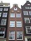 foto van Huis, vanwege de zandstenen afdekkingen van de klokvormige top, en de twee stenen jaartallinten
