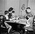 Gezin aan tafel tijdens de maaltijd, Bestanddeelnr 252-9350.jpg
