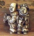 Giappone, periodo edo, netsuke (fermaglio per inroo), xix secolo, 015 coppia su cavallini giocattolo.jpg
