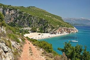 Plage sur la côte ionienne au nord-ouest d'Himarë, en Albanie. (définition réelle 2304×1536)