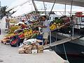 Grönsaksförsäljning direkt från båtarna i Egina stad.JPG