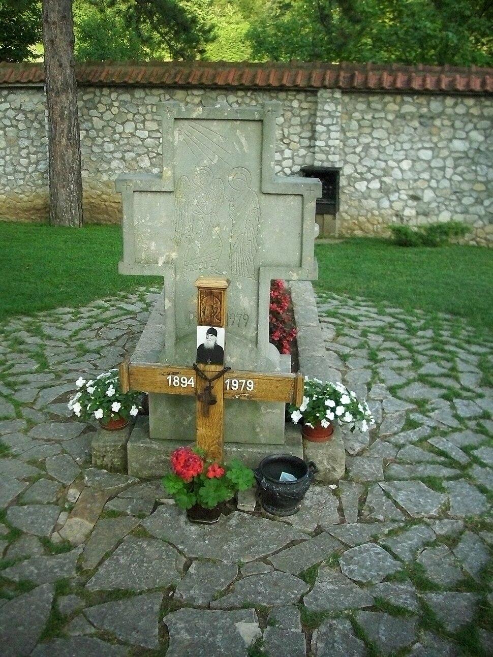 Grob oca Justina Popovica
