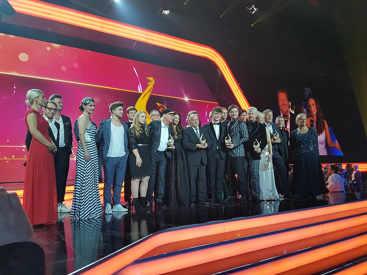 Gruppenbild Gewinner Goldene Henne 2018 -1.jpg