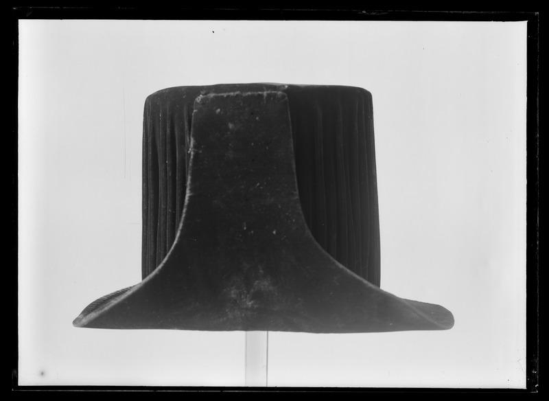 File:Hög hatt, ordenshatt, L.A. Utterbeck, Stockholm - Livrustkammaren - 77440.tif