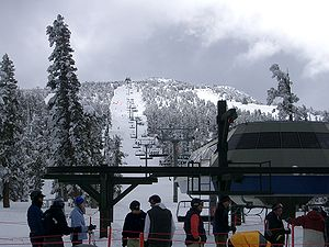 English: Heavenly Ski Resort ski lift, with ba...