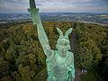 Hermannsdenkmal aus der Luft von vorne.jpg