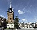 Het belfort van Kortrijk met op de achtergrond het stadhuis - 375669 - onroerenderfgoed.jpg